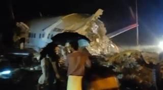 கேரளாவில் இரண்டாகப் பிளந்த ஏர் இந்தியா விமானம் – 14 பேர் பலி (வீடியோ)