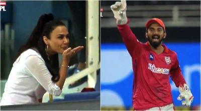 Preity Zinta gives flying kiss, Preity Zinta flying kiss, Preity Zinta flying kiss to her team, ஃப்ளையிங் கிஸ் பிரீத்தி ஜிந்தா, Preity Zinta flying kiss to kings xi punjab team, பிரீத்தி ஜிந்தா, ஃபிளையிங் கிஸ் கொடுத்த பிரீத்தி ஜிந்தா, கிங்ஸ் லெவன் பஞ்சாப், kings xi punjab team players, வைரல் வீடியோ, ஐபிஎல், viral vede, ipl, Preity Zinta, kings xi punjab team owner Preity Zinta, கிங்ஸ் லெவன் பஞ்சாப் ஓனர் பிரீத்தி ஜிந்தா