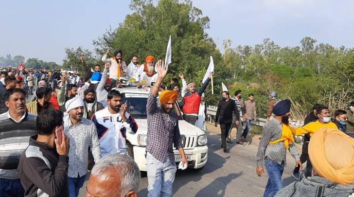 'Delhi Chalo' against farm laws: Farmers cross barricades, water jets; Tomar, Rajnath offer talks