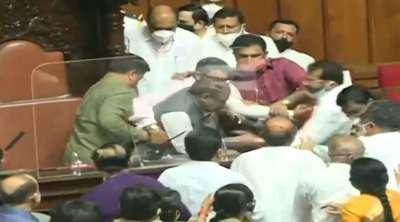 Bangalore news, Karantaka assembly ruckus, கர்நாடகா, கர்நாடகா சட்டப்பேரவை, துணை சபாநாயகரை இழுத்து தள்ளிய காங்கிரஸ் உறுப்பினர்கள், Karnataka assembly, Karnataka cow slaughter bill