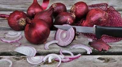 How to cut onions perfectly and easily by celebrity chef Kunal Kapur - அட, வெங்காயம்... அதையும் இப்படி நறுக்கினால்தான் ஈஸி!