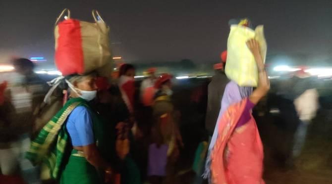 Rotis bag on women head delhi farmers protest update tamil news