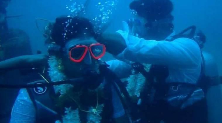 deep sea marriage in india, tamil nadu couple gets deep sea marriage, deep sea marriage in india first time, deep sea marriage video, இந்தியாவில் ஆழகடலில் திருமணம் வீடியோ, முதல்முறையாக ஆழ்கடலில் திருமணம்