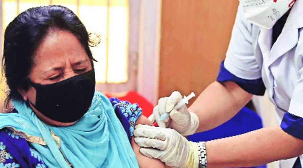 COVID 19 vaccination, covid 19 vaccine, menstruation, கோவிட் 19, கொரொனா தடுப்பூசி, கோவிட் 19 தடுப்பூசி, சோசியல் மீடியா வதந்தி, பீரியட் நேரத்தில் தடுப்பூசி போடலாமா Government debunks social media rumours, may 1