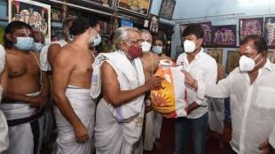 Udhayanidhi Stalin, thiruvallikkeni temple priests, dmk, udhayanidhi provides relief things to temple priests, chepauk - Thiruvallikkeni, உதயநிதி ஸ்டாலின், திருவல்லிக்கேணி, கோயில் குருக்களுக்கு நிவாரணப் பொருட்கள் வழங்கிய உதயநிதி, திமுக, DMK, DMK politics, udhayanidhi mla
